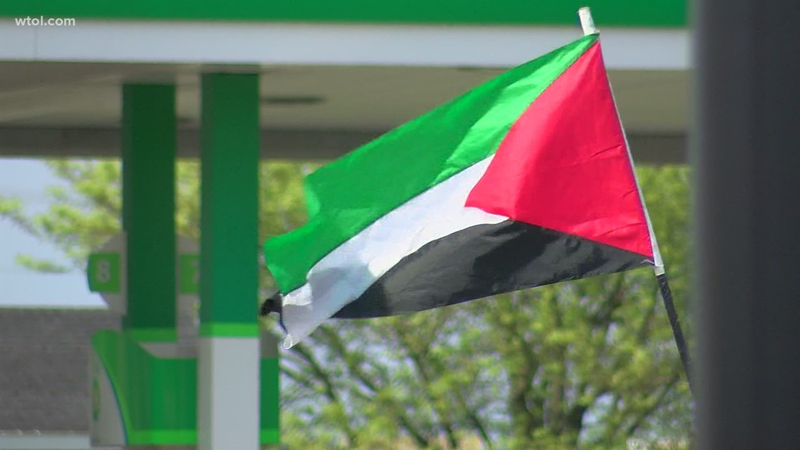 Protesters gather in west Toledo to show support for Palestinian people